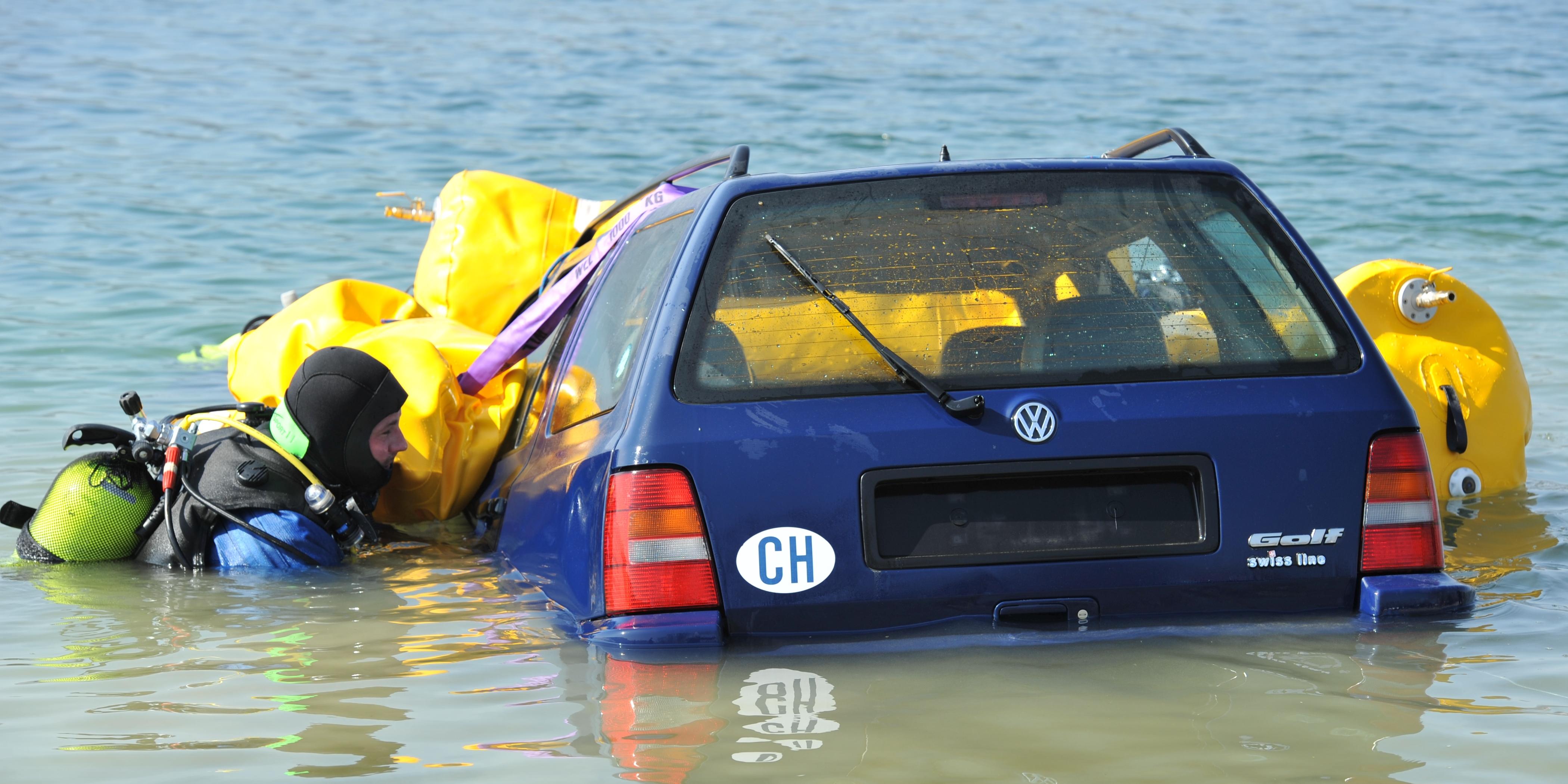 Taucher der Kantonspolizei Thurgau bergen ein Auto.