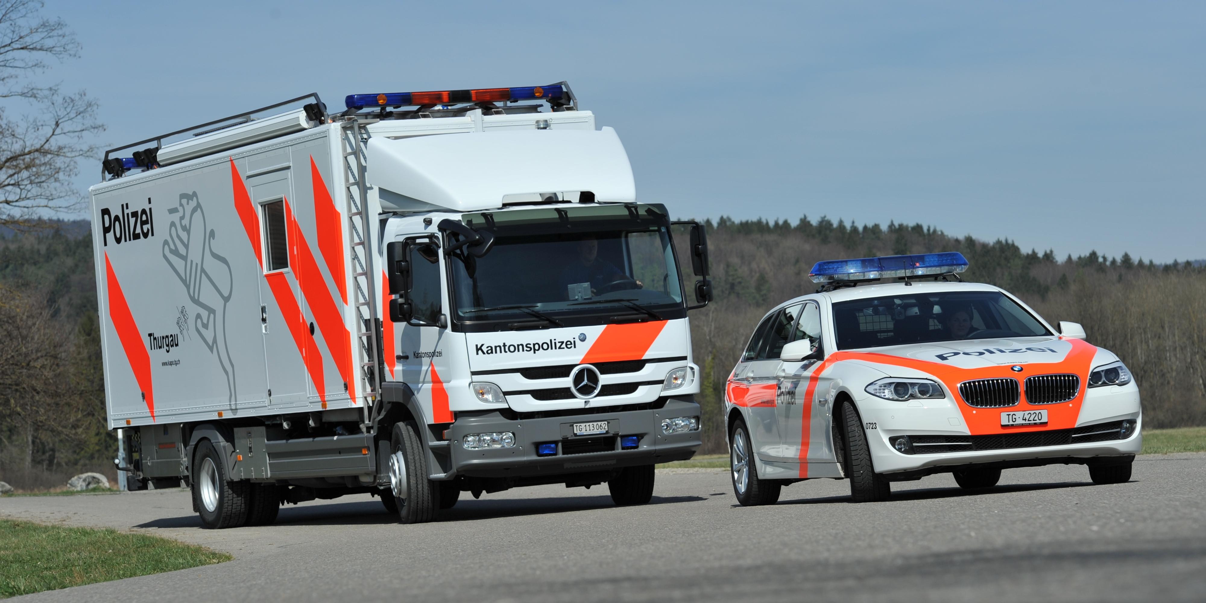 Bild Mobile Einsatzzentrale und Streifenwagen der Verkehrspolizei